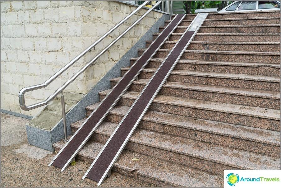 Много стръмен изход, само за придружени колички или хора с увреждания