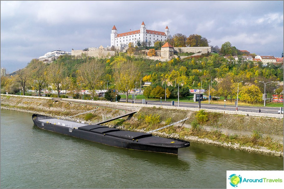 Sillasta on näkymä Bratislavan linnaan ja Tonavaan