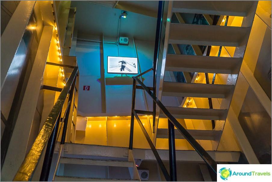 Hissistä täytyy kiivetä portaita