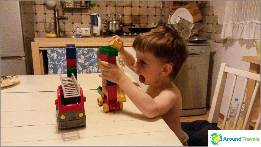 Собствениците на къщата, в която живеехме, подариха на Егор Лего и детето, приковано към часовника