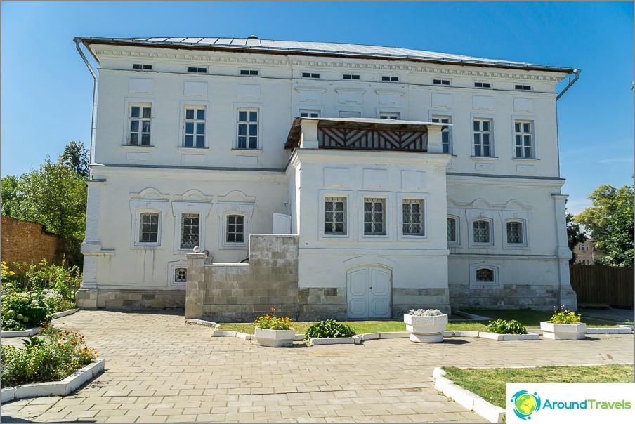 Семейното ни имение в Коломна, не е изненадващо, че и аз искам къща :)