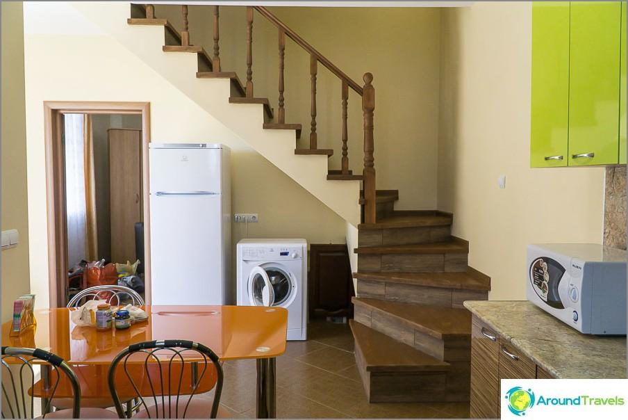 Изглед от кухнята към входа на спалнята и стълбите