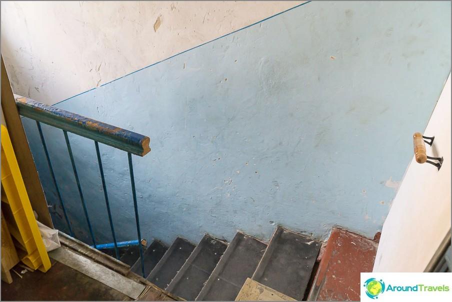 Portaikko toiseen kerrokseen