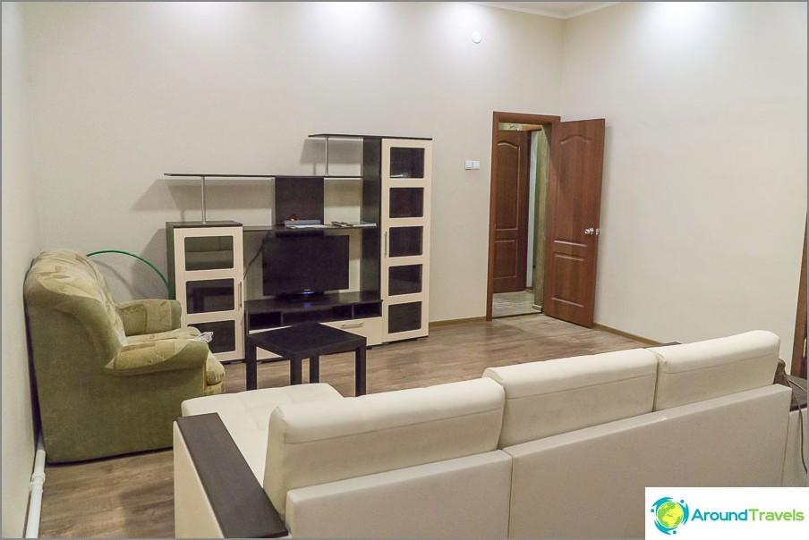 Olohuone, jossa kaksi sohvaa ja TV