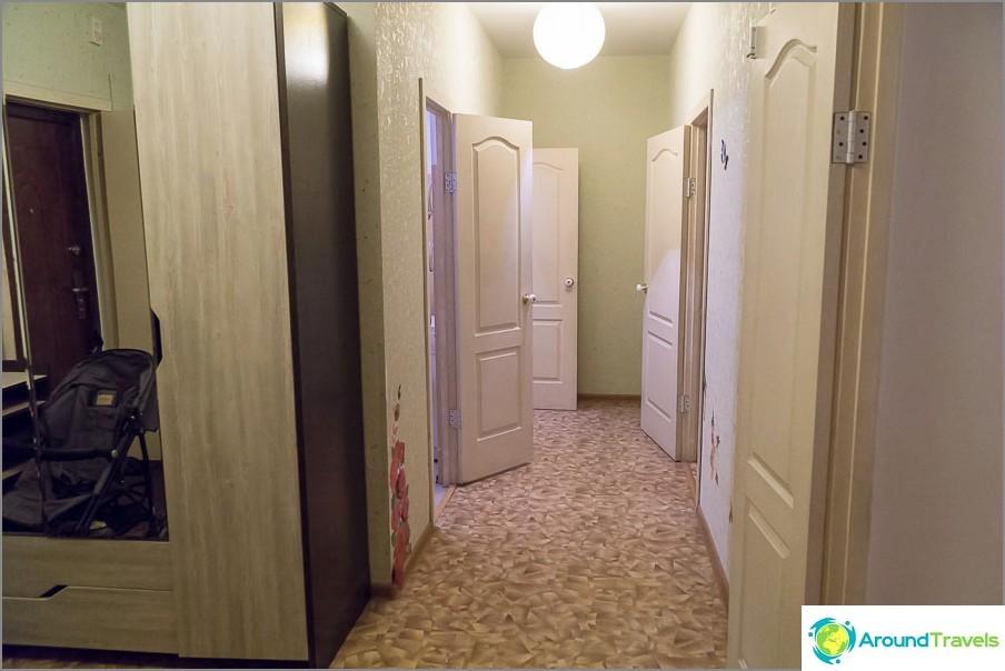 Käytävä keittiöön ja kylpyhuoneeseen
