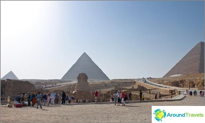 Muinaiset Egyptin ja Ison sfinksin pyramidit.