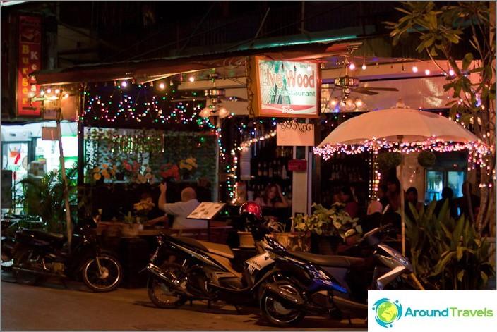 Lyhdyt säännöllisessä kahvilassa thaimaassa