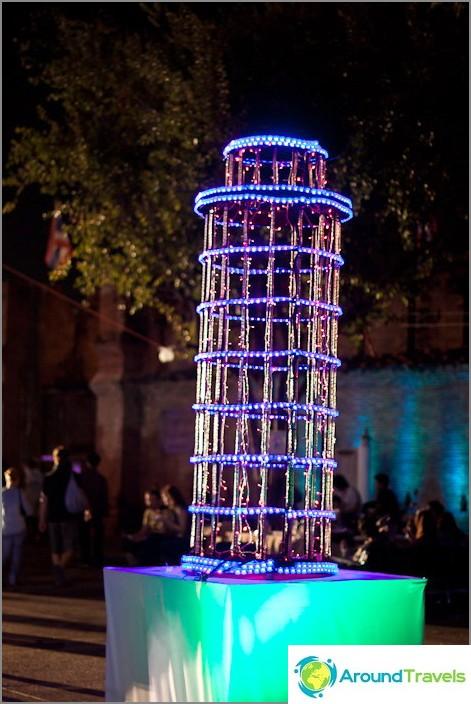 Thaimaan Pisan kalteva torni uudenvuodeksi