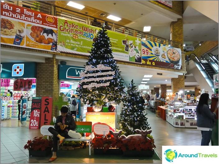 Lumijauheinen joulukuusi Thaimaassa