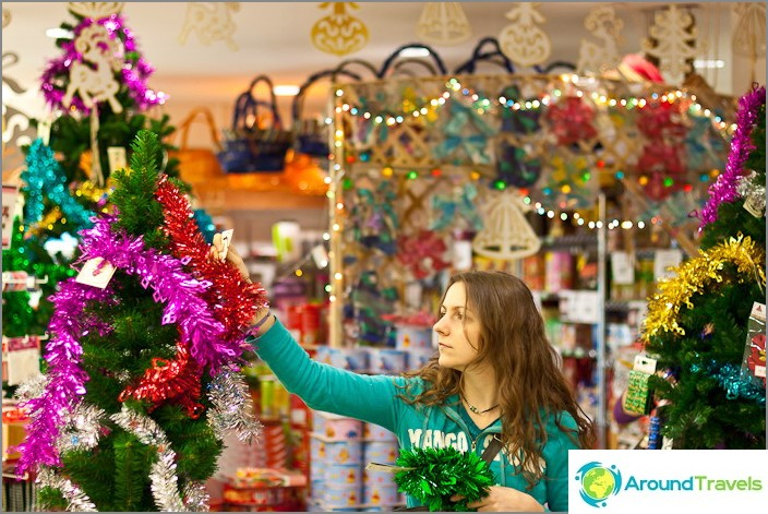 Joulukoristeet thaimaalaiskaupassa