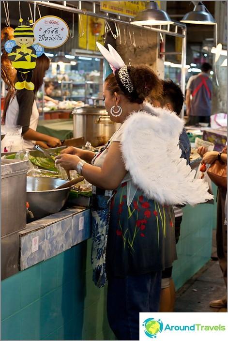 Thaimaan uudenvuoden enkelit tapaavat kaduilla