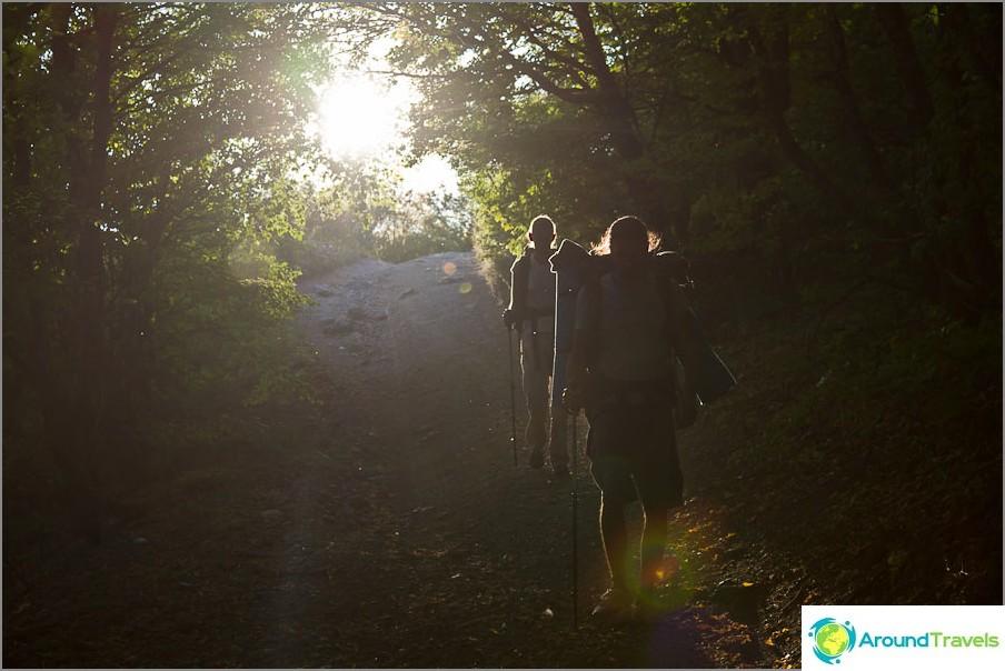 Ja aurinko loisti heidän selkänsä ...