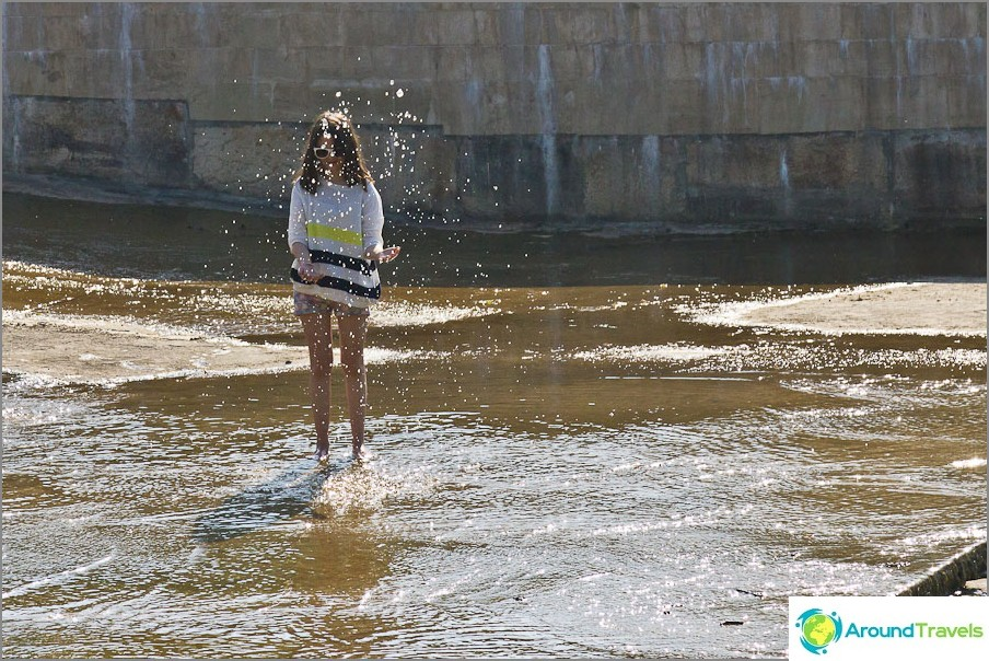 Nuoret roiskuvat padon ympärille