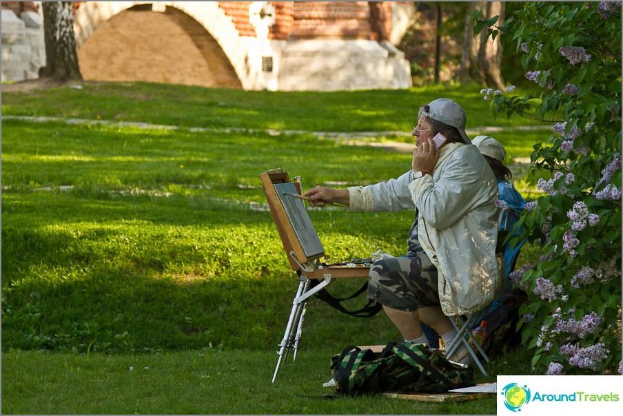 Taiteilijat piiloutuvat puiden varjossa