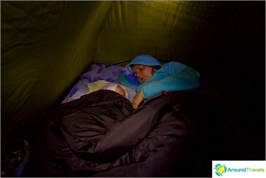 Първата ни нощ в палатка с Егор тръгна с гръм