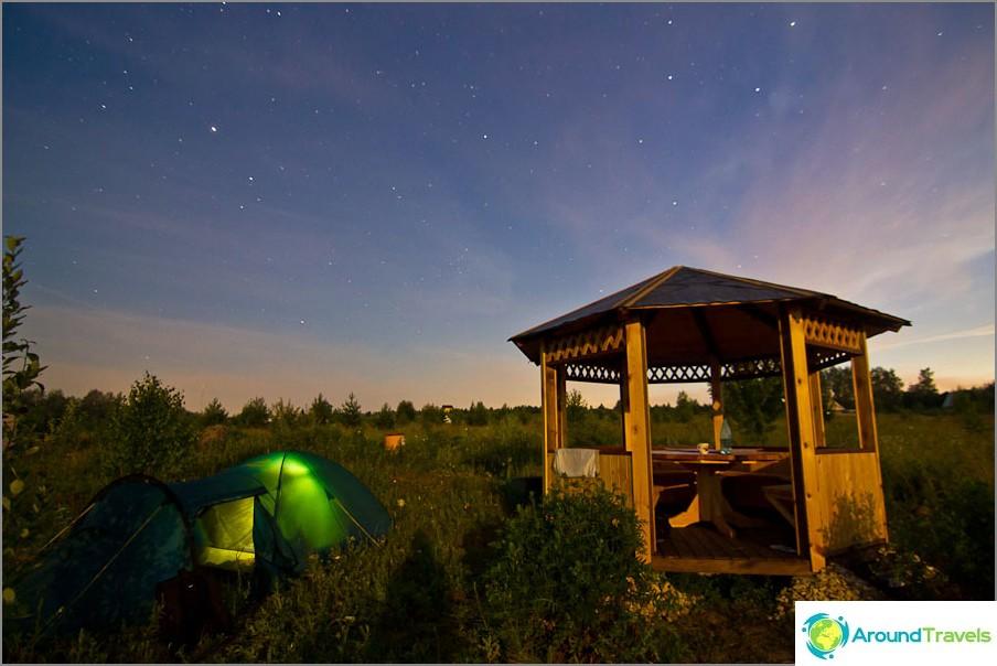 Беседката е осветена от луната, палатката е вътре с фенерче