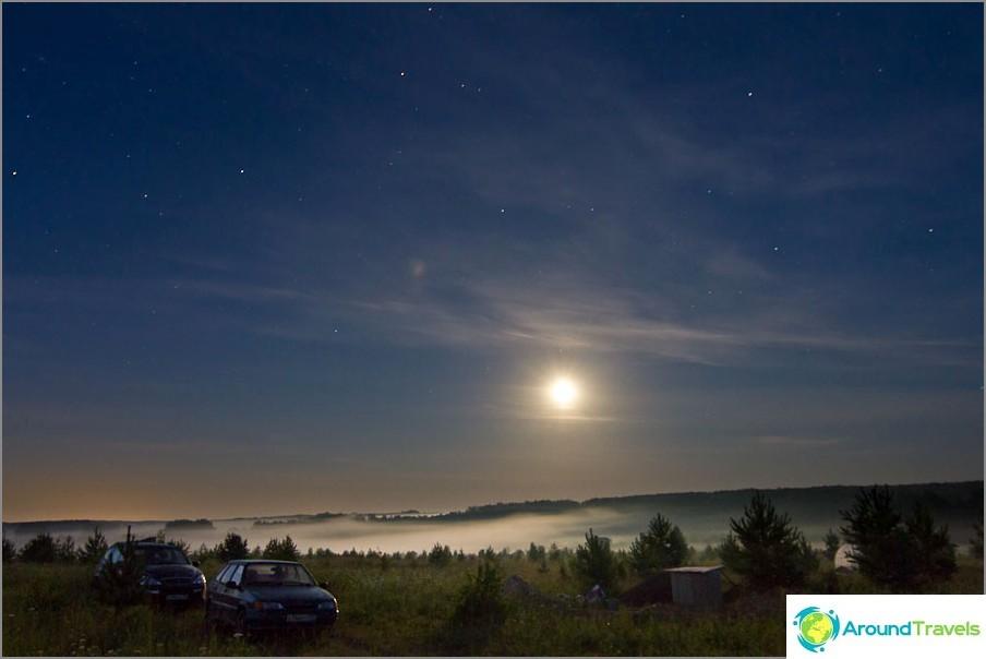 Луната осветява небето, но прави сюр