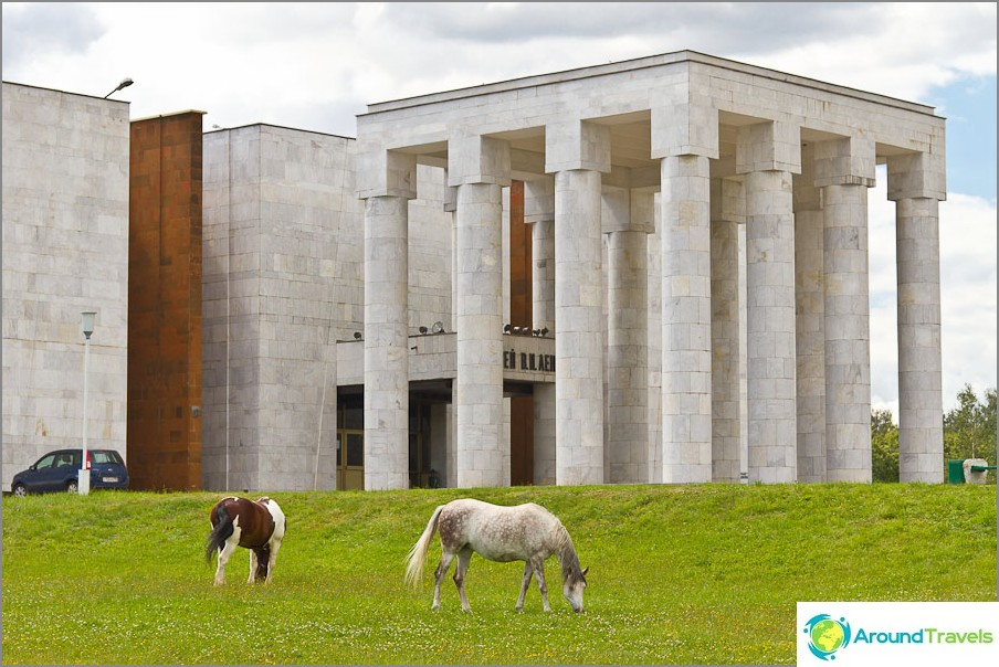 V. I. Leninin museo - arkkitehtoninen hirviö