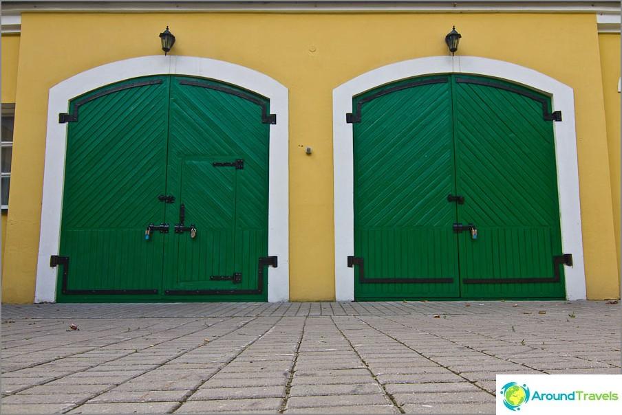 Kirkkaanvihreä portti ulkorakennuksessa