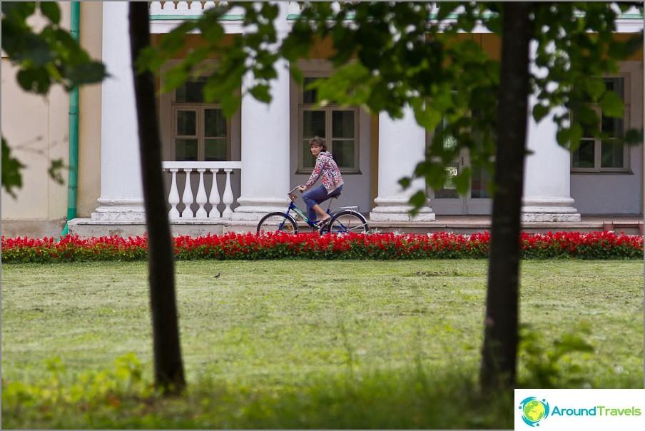 Monet ajavat polkupyöriä