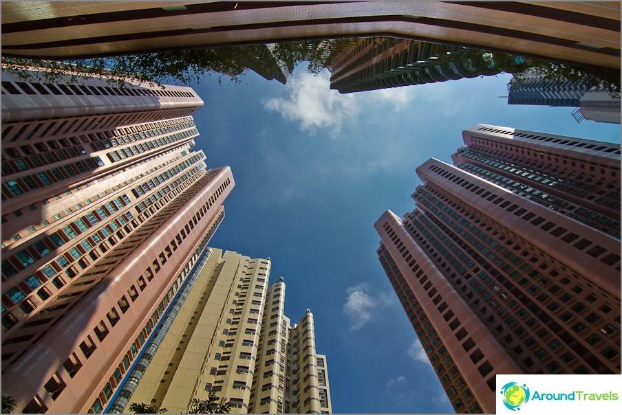 Kaivossa korkeita rakennuksia Hongkongin saarella