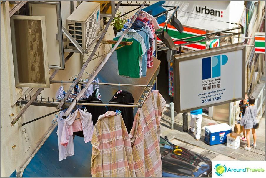 Kaikki vaatteet kuivataan kadulla.