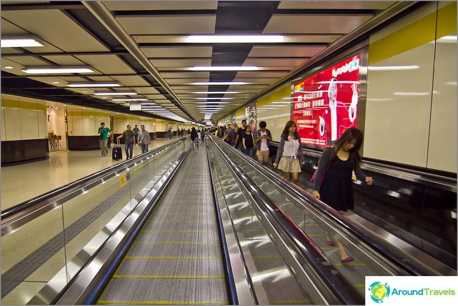 Monissa pitkissä metroasemissa matkustajat