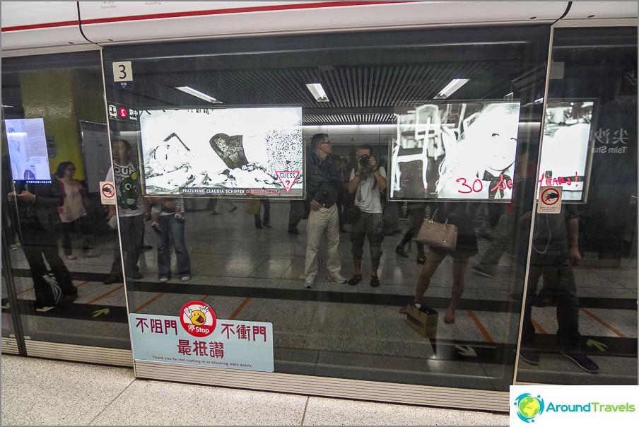 Lava on aidattu junasta läpinäkyvällä lasiovilla, joissa on ovet