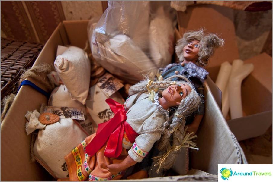Myytävänä matkamuisto nukkeja