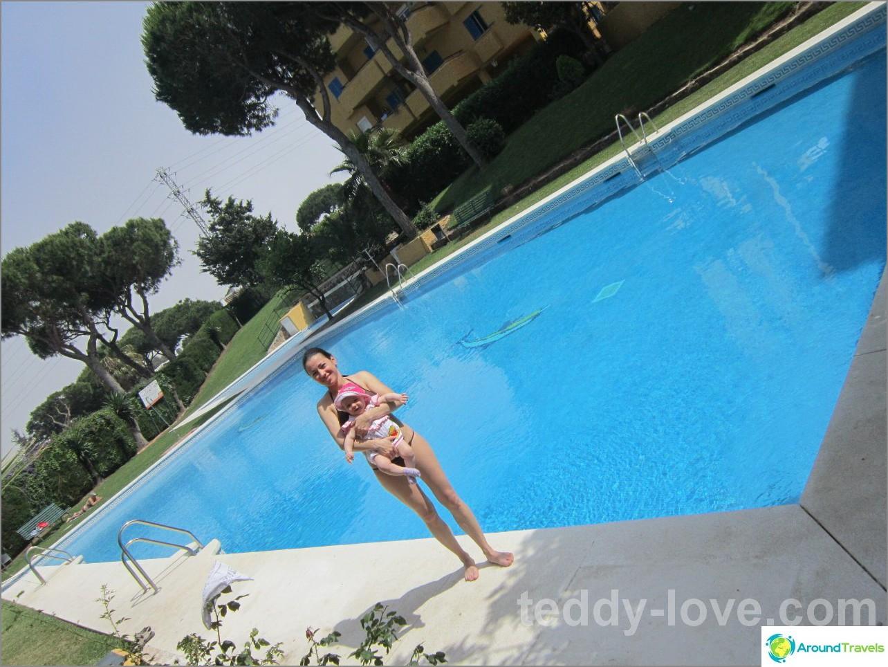 Espanjalaiseen asuntoomme seurasi aikuisten ja lasten uima-altaat suljetulla 3 talon alueella. Ja siellä on paljon paikka elää ruohoa aurinkoa.