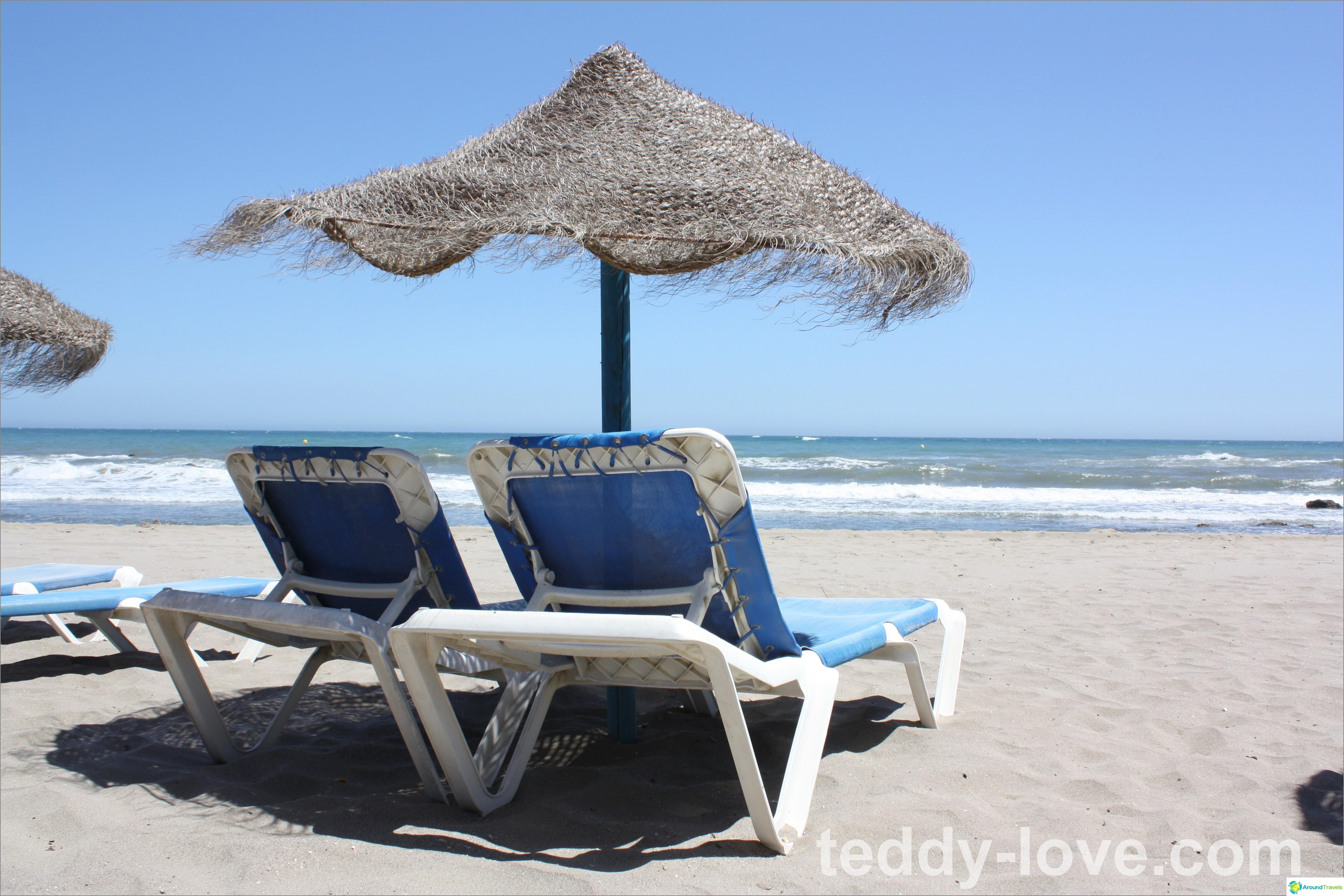 Tällainen ranta oli vieressämme. Kun ostat mehua tai muuta kahvilasta - aurinkotuoleja ilmaiseksi. Ostimme kuitenkin sateenvarjoja, päiväpeitteitä ja aurinkotuoleja enimmäkseen vain hiekkaan