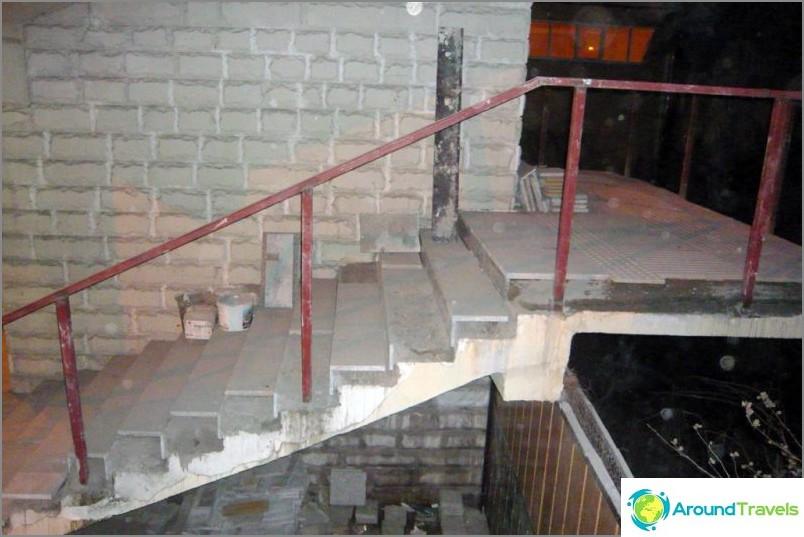 Risteys rakenteilla Sotšin keskustassa kuukautta ennen olympialaisia