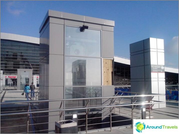 Liesi on jo pudonnut, ja puoli lasia puuttuu työaseman rakennuksesta