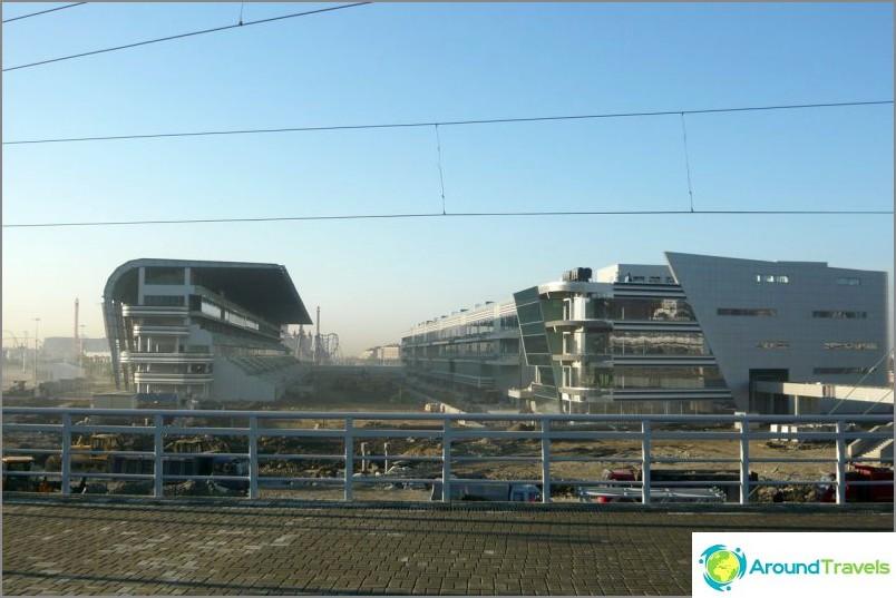 Rakentaminen olympiapuistoon kuukautta ennen olympialaisten alkua
