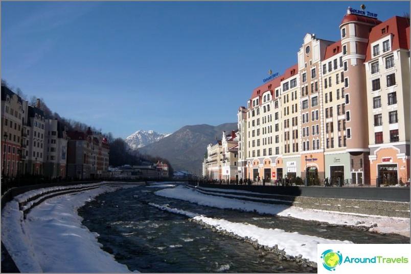 Rosa Khutor - hotellikompleksi Mzymta-joen varrella