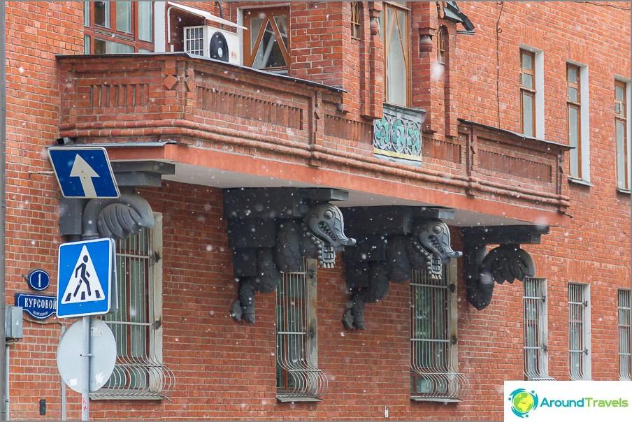 Балкони, подпряни от драконови змии