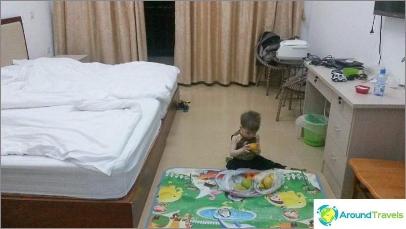 Ensimmäinen ilta uudessa asunnossa, leikkimällä mangoilla
