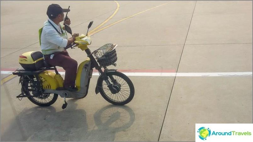 Sanyassa työntekijät liikkuvat polkupyörillä lentokentän ympärillä