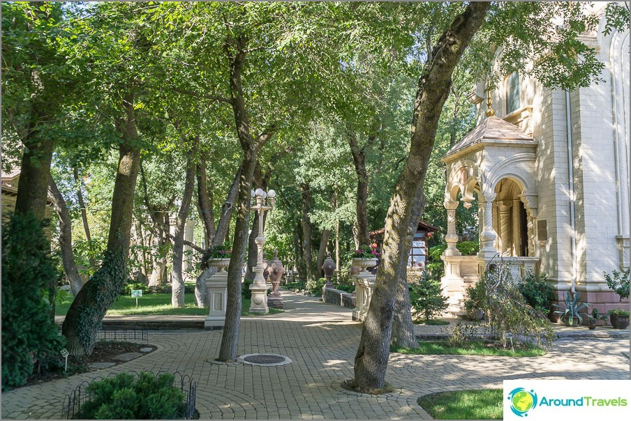 Näkymä Kabardinkan vanhan puiston sisäänkäynniltä