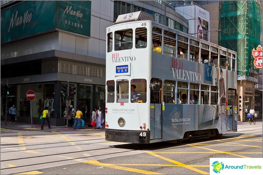 Kaksikerroksinen raitiovaunu Hongkongin saarella