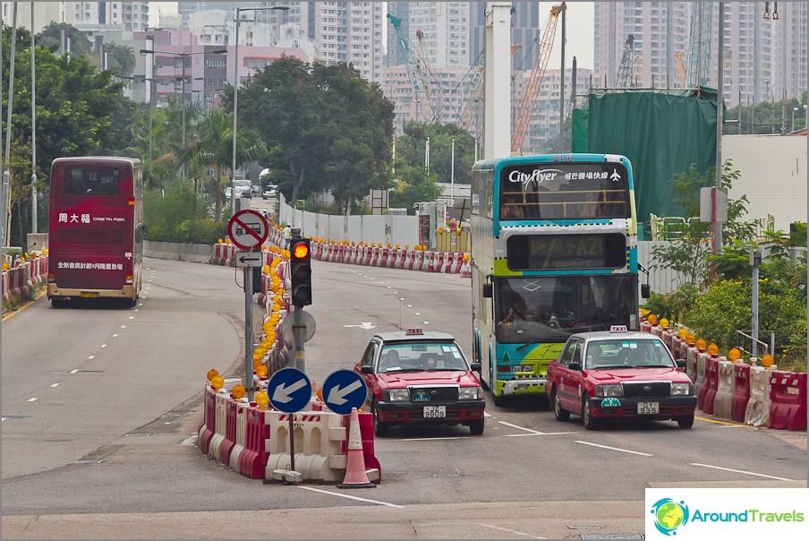 Kaksikerroksiset bussit ja taksit