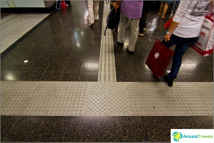 Kaikkialla metroasemissa ja julkisissa paikoissa, jos oppaat ovat sokeille
