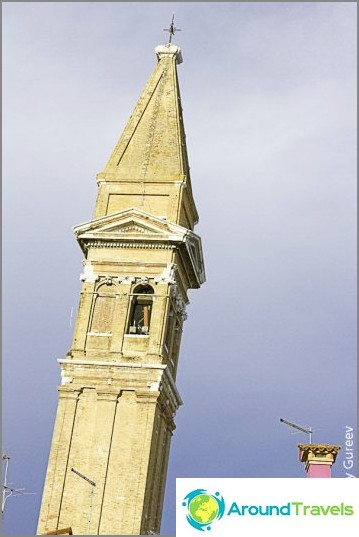 Burano-kampanjassa on kaltevuus, joka ei ole millään tavalla huonompi kuin Pisan kalteva torni. On pelottavaa edes olla lähellä kampanjaa.