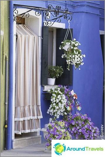 Ovet on yleensä peitetty raidallisilla katoksilla. Suojaus kuumuudelta ja ... turistien näkymiltä.