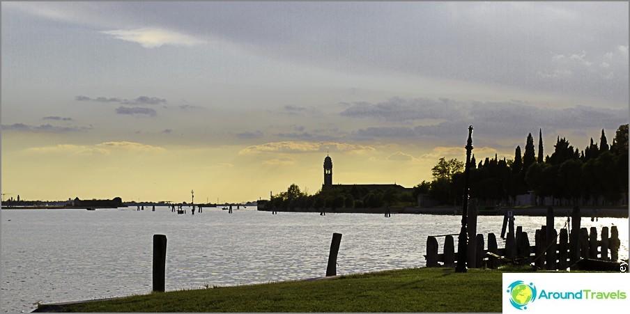 Auringonlasku Buranossa. Vasemmalla, Venetsia on näkyvissä.