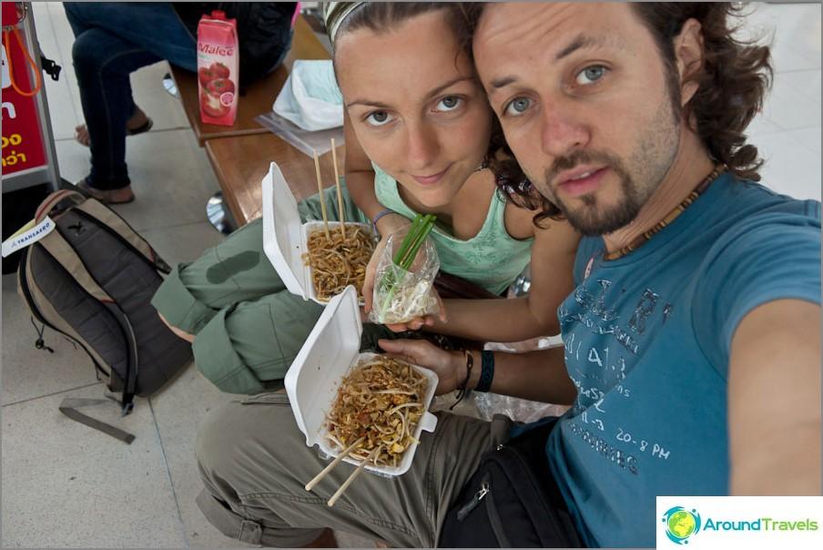 Syö Phad Thai Bangkokin lentokentältä kasetista