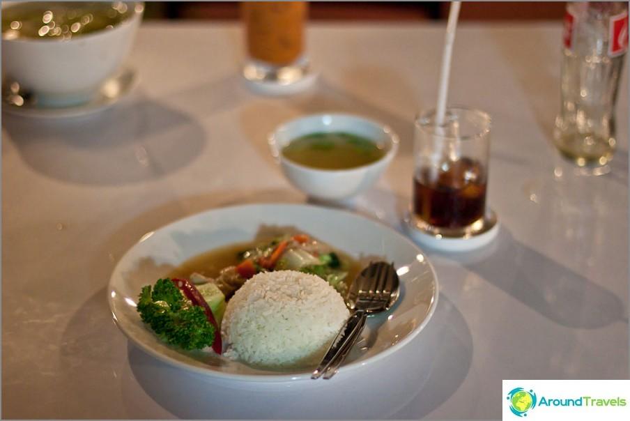 Riisi vihanneksilla osterikastikkeessa - 50 bahtia