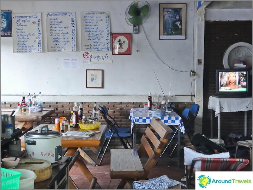Yksinkertainen thaimaalainen kahvila Chiang Maissa