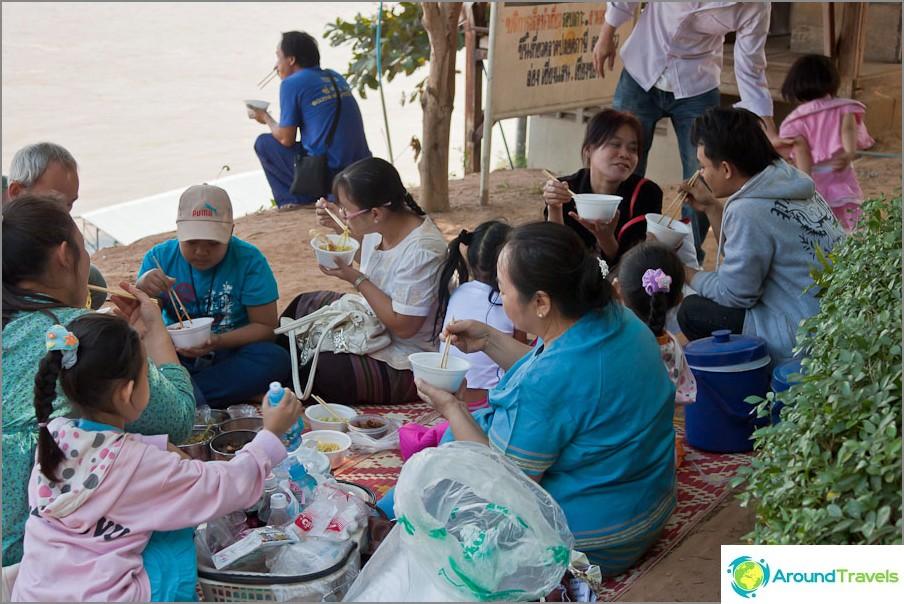 Koko perhe illallisella Mekong-joen rannalla