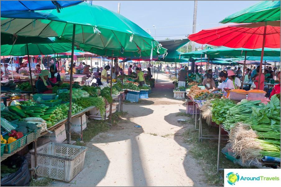 Тайландски зеленчуци и билки на пазара